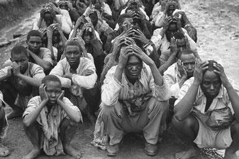 Guerriglieri Mau Mau catturati dai soldati britannici