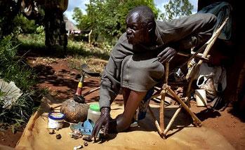 Lo stregone keniota John Dimo. Villaggio di Nyang'oma Kogelo a 60 chilometri a ovest /nord-ovest di Kisumu nella Contea di Siaya