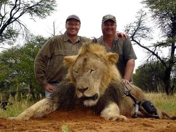 """Walter Palmer (a sinistra), la """"belva umana"""" del Minnesota che uccise Cecil"""