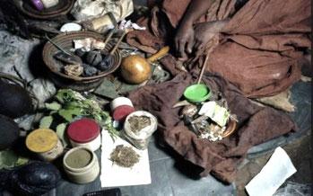"""Amuleti e altri accessori del """"mganga"""""""