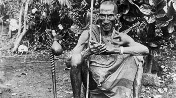 Uno stregone in Kenya posa con i suoi strumenti. Anno 1936