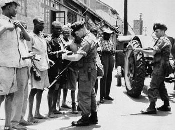 Uomini della Royal Inniskilling Fusiliers verifica l'identità degli africani durante un raid a Nairobi nel 1952