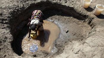Scavo nel terreno per la raccolta dell'acqua. Kenya