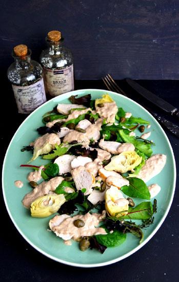 Salat mit Artischocken, Hühnerbrust und Thunfischsauce