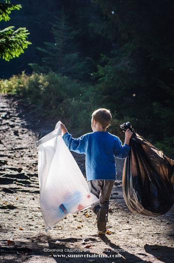 Прибирання сміття - еко акції в Карпатах
