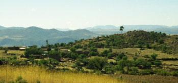 Le Cerro Terrado (mai 2001) Vers le sud, le Cerro Terrado domine le centre de la communauté et surplombe toute la zone du nord à l'est : Villca Pujyu, Tambillo, Maran K'asa, le versant de la rive droite du Pilcomayo ainsi que le village de Vila Vila, Mol