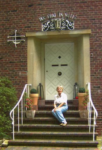 Liselotte auf der Freitreppe ihres Hauses