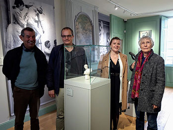 De gauche à droite : Bruno Lahouati, Thomas Bermudez, Aurore Dorlet, médiatrice culturelle du pôle muséal de la Région de Château-Thierry et Madeleine Rondin, présidente de l'association Paul et Camille Claudel en Tardenois.