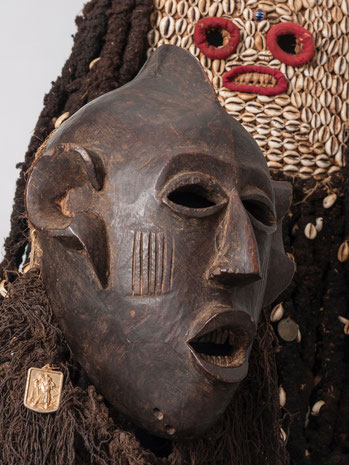 Kun'gan Mask, Bamileke with Christian devotional object