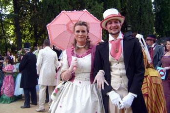 Una pareja vestida con trajes de época en el Parque de la Piedad de Almendralejo. © Lupe Rangel.
