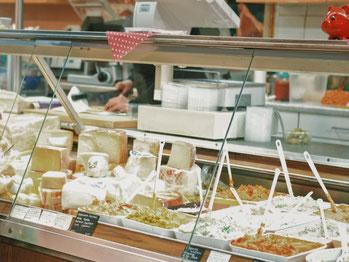 左は固形チーズ。右はクリームタイプのチーズやパテ。©Unsplash/Thanos Pal