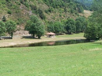 Baignade en vallée du Doux à Rochepaule Site privilégié sur les rives du Doux, où vous connaîtrez les joies de la baignade en rivière sur un site surveillé et aménagé, en période estivale. (45 mn du gîte)