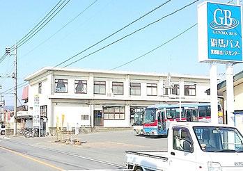 左にローソン様、右に群馬バス様をすぎると、右手精肉屋松喜さん駐車場上に整体ゆあさの電柱看板(出っ張り)が見えてきます。