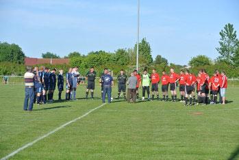 Der Fußballverband Vorpommern-Rügen überreichte den beiden Mannschaften die Pokale