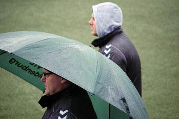 Wetter zum Abgewöhnen. Trainer Kliche mit Olli Cording