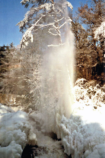 La gerbe de St Ferréol bien encadrée par la neige remarquable en hauteur ! crédit photo : Jacques Albarel