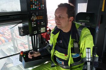 Containerbrückenfahrer im Hamburger Hafen, Foto: Helge Stroemer