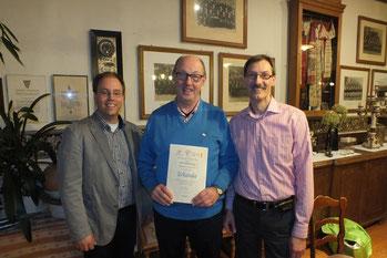 Rolf Silberberg (Mitte) wurde für 25 Jahre Sängertätigkeit beim MGV geehrt.  Es gratulieren Chorleiter Jörg Bücker (links) und Ingo Thüner (rechts).