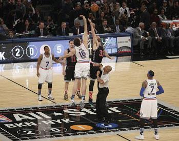 Los Gasol en el salto inicial del partido del All Star de la NBA 2015, un hito histórico en la historia de nuestro baloncesto y de nuestro deporte.