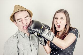 Vrouw bokst man
