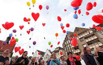 Sichtbares Zeichen: Bunte Ballons steigen vom Berliner Platz in den Himmel. - © Foto: Patrick Menzel