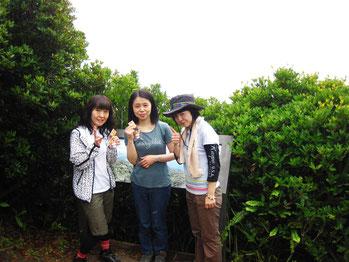 とも子さん 3人そろって乳房山登頂 ひこにゃんも一緒です