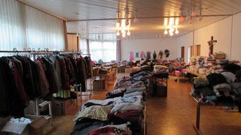 Blick in die Kleiderkammer beim offenen Kleidermarkt (Foto: M. Vetter)
