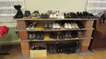 Gerne nehmen wir gut erhaltene Kleidungsstücke an, Hier ein Blick in die Kleiderkiste auf der Neckarhalde.