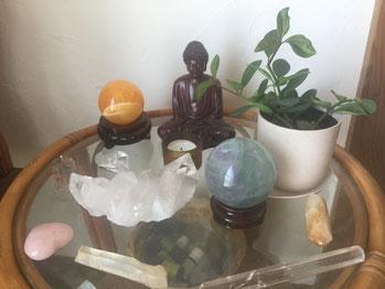 セラピールームにある仏像、ストーン、観賞植物。