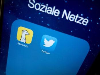 Icons der Live-Stream-App Meerkat und Twitter auf einem Smartphone. Foto: Kay Nietfeld