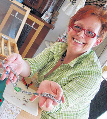 Susanne Zitzmann präsentiert eigenen Schmuck