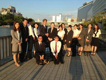 久田さんを囲んで、弊社の薬剤師とパートナーで記念撮影。大川がきれいです。