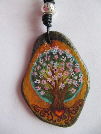 Piedra pintada con un arbol de la vida a mano y decorada