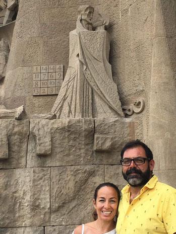 JAIME Y LUANA VISITANDO LA SAGRADA FAMILIA. BARCELONA.