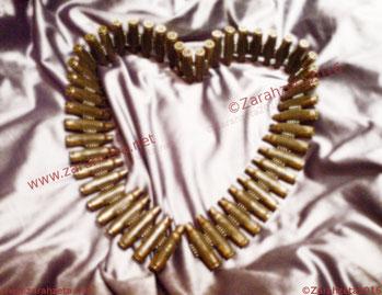Zarahzetas Kunstwelt mit Trash und Patronengürtel als Herz