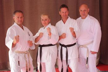 v.l.: Großmeister Bernd Millner (8. Dan), Friederike Zeifang, Carsten Zeifang, Großmeister Volker Schwinn (7. Dan) in der Türkei 2013