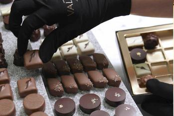 La Cité du Chocolat a Tain l'hermitage, a donc été conçue pour permettre au visiteur de rentrer virtuellement au cœur des ateliers et de pouvoir écouter les témoignages des femmes et des hommesqui fabriquent le chocolat Valrhona.