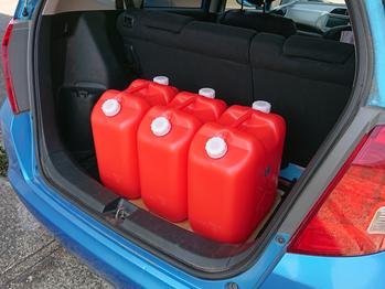 車に積んだポリ容器の写真
