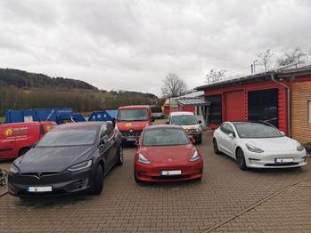 ausgestellte Tesla E-Autos