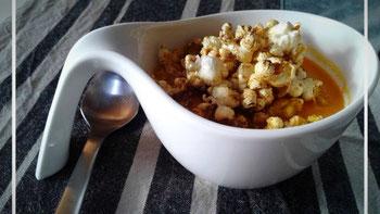 Velouté de potiron au lait de coco et pop-corn au curry