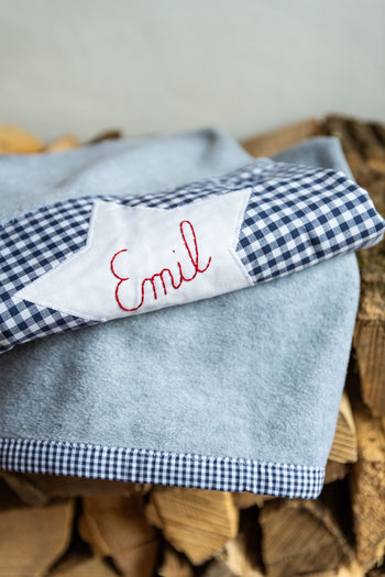 Fleece-Kuschelkissen mit handgesticktem Namen als personalisiertes Geschenk