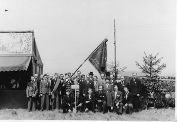 1950, ein Jahr nach der Wiedergründung, fuhr der Männerchor zu einem Sängerfest nach Wachenbuchen und zeigte stolz die Fahne.