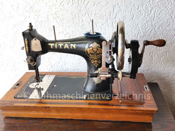 Winselmann Titan, Variante mit Handkurbel, Hersteller: Titan – Nähmaschinenfabrik, Gustav Winselmann AG, Altenburg, Deutschland (Bilder: J. Schäfer)