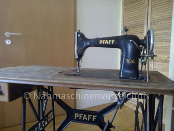 Pfaff 104, Geradstich Haushaltsnähmaschine, eingebaut in einem Tisch für Fußantrieb, Hersteller: G. M. Pfaff AG, Kaiserslautern (Bilder: Y. Krautkrämer)