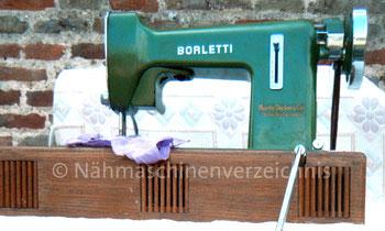 Borletti BCD 1001, Flachbett, Geradestich, transportable Haushaltsnähmaschine mit Unterbaumotor und Kniehebel, Hersteller: Borletti, Mailand (Bilder: O. Goestchel)