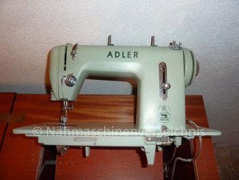 Adler 452, Geradestich-Haushaltsnähmaschine, Fußantrieb, Hersteller: Kochs Adler Nähmaschinenwerke AG, Bielefeld (Bilder: G. Rieß)