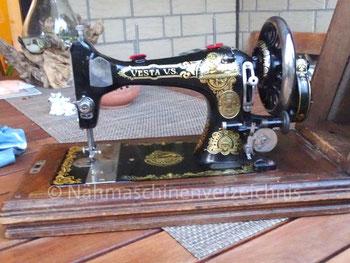 Vesta VS, Flachbett, Schwingschiffchen-Nähmaschine mit Handkurbelantrieb, Hersteller: Vesta-Nähmaschinen-Werke L. O. Dietrich, Altenburg/Thüringen (Bilder: A. Davidson)