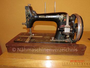 Vesta Vestazinha, Flachbett, Kurbelantrieb, Hersteller: Vesta-Nähmaschinen-Werke L. O. Dietrich, Altenburg/Thüringen (Bilder: M. Bleich)