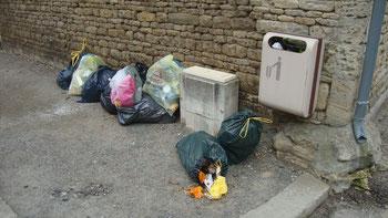 les déchets sur les trottoirs