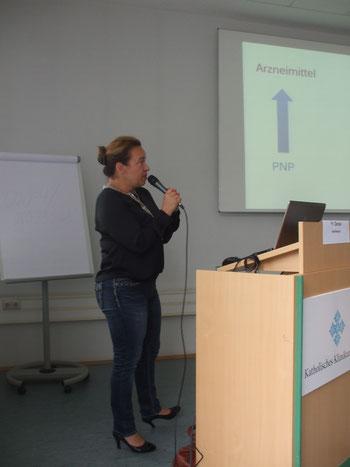 Frau  Daniel, Apothekerin, beim Vortrag : Medikamente bei der Behandlung der PNP
